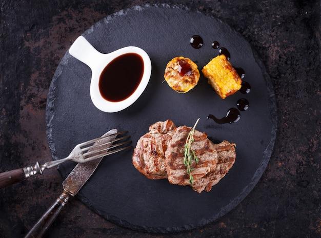 Trozos de carne roja, filetes