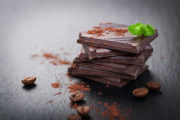 Trozos de chocolate con cacao en polvo