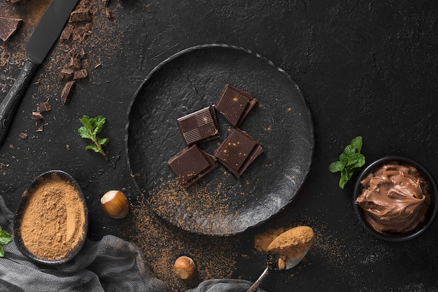 Trozos de chocolate dulce en placa