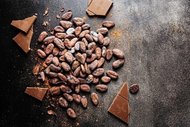 Trozos de chocolate negro en la mesa