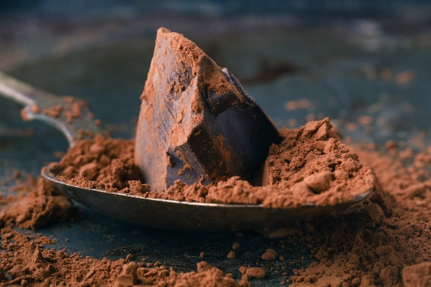 Trozos de chocolate negro natural en mesa de madera
