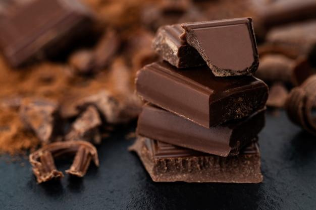 Trozos de chocolate rotos y cacao en polvo