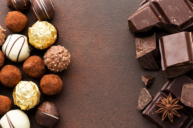 Trozos de chocolate y trufas
