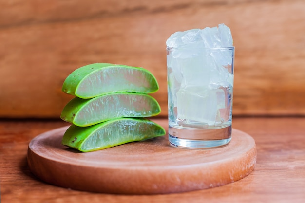 Trozos de gel de aloe vera y hojas de aloe