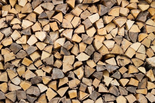 Trozos de leña picados secos listos para el invierno