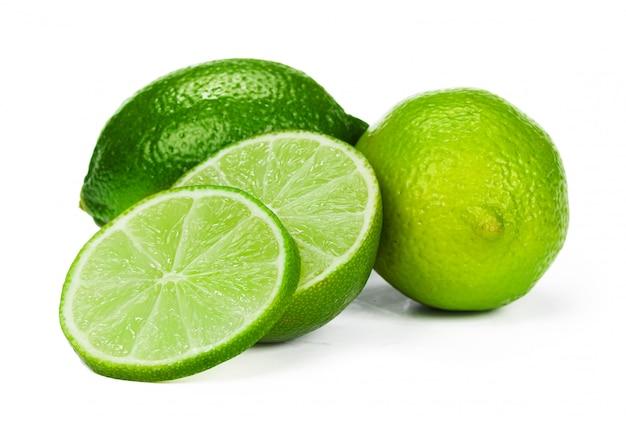 Trozos de limón aislado sobre fondo blanco.