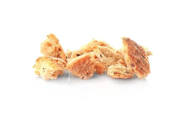 Trozos de pan sobre fondo blanco.