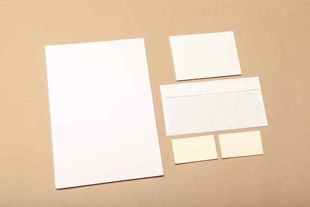 Trozos de papel en blanco sobre una superficie beige