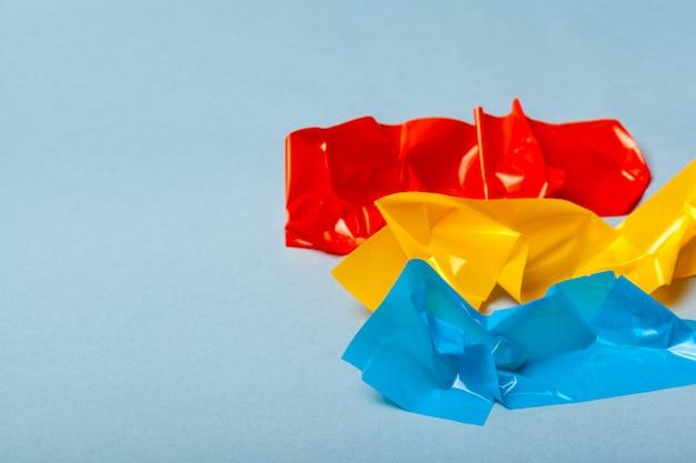 Trozos de papel y cinta adhesiva sobre papel