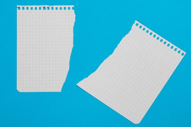 Trozos de papel a cuadros
