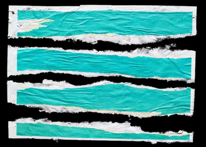 Trozos de papel de póster desgarrado verde aislado sobre fondo negro