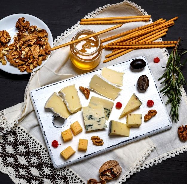 Trozos pequeños de queso brie, roquefort, camember.
