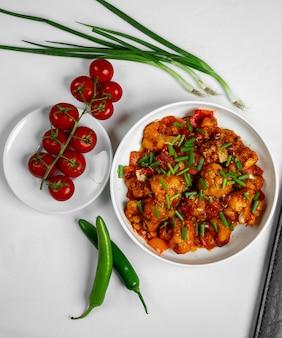 Trozos de pollo con tomates y hierbas