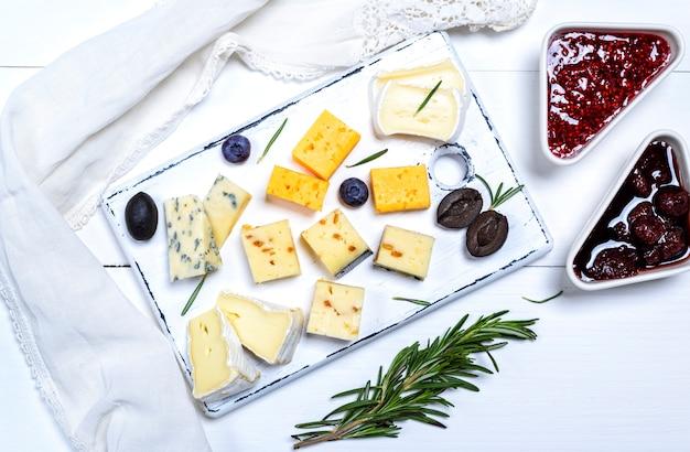 Trozos de queso brie, roquefort, camembert, queso cheddar