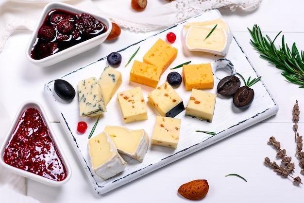 Trozos de queso camembert, roquefort, queso cheddar y brie.