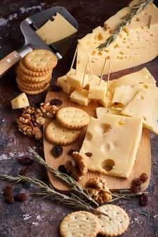 Trozos de queso, nueces, pasas, aperitivos para el vino. espacio de copia apetitosa