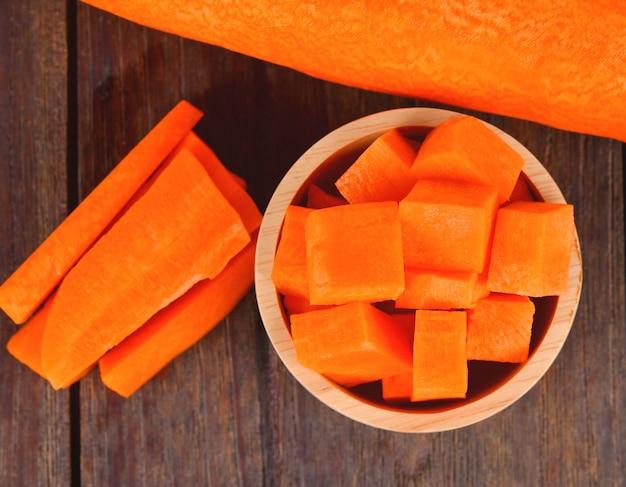 Trozos de zanahoria sobre madera