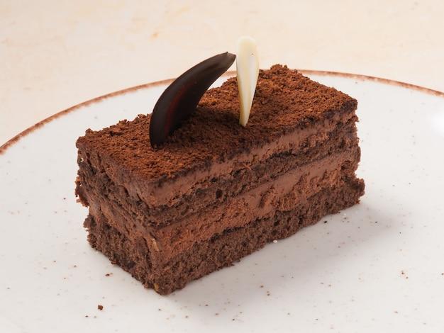 Trufa de tarta de chocolate dulce con mousse de chocolate y bizcocho