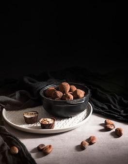 Trufas de chocolate de alto ángulo en tazones