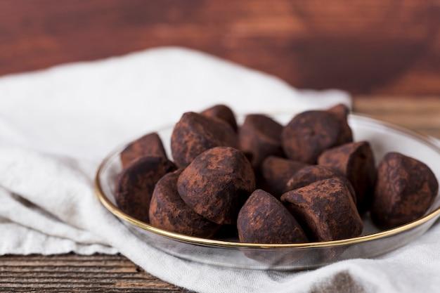 Trufas de chocolate en un bol
