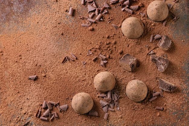 Trufas de chocolate con cacao en polvo.