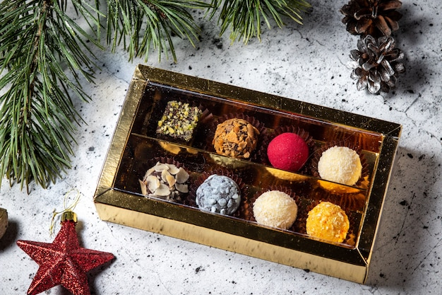 Trufas de chocolate caseras en una caja de regalo. surtido de caramelos redondos de colores.