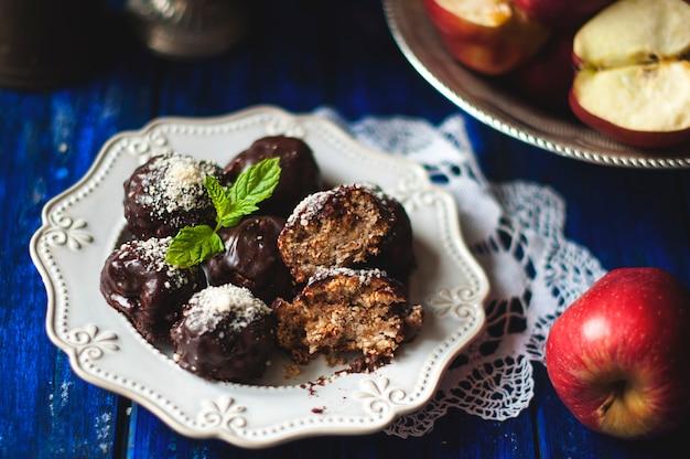 Trufas de chocolate con manzana y canela. postre casero dulce hecho a mano.