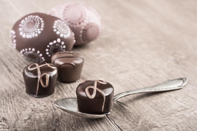 Trufas de chocolate en una mesa de madera