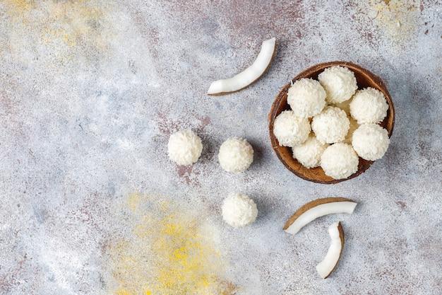 Trufas de coco y chocolate blanco con medio coco
