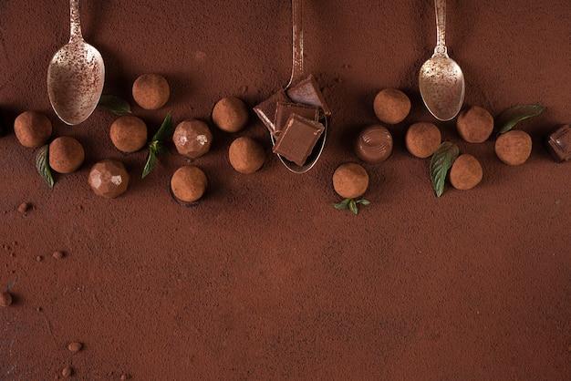 Trufas con cuadrados de barra de chocolate y cucharas y espacio de copia
