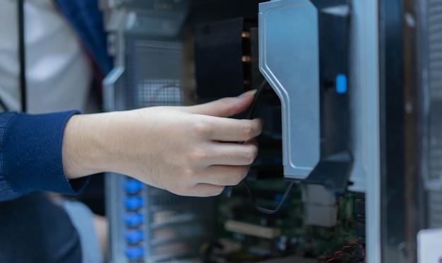 Tsupport técnico hombre mano comprobar mainframe electrónico dentro de la computadora