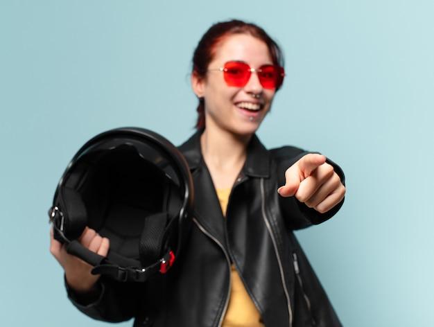 Tty mujer motociclista con casco de seguridad