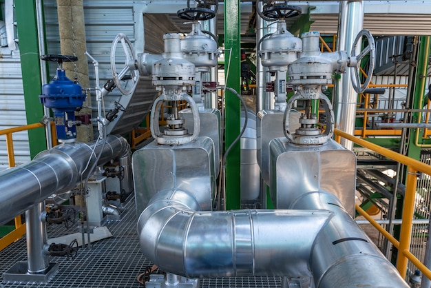 Tubería y aislamiento en zona industrial, tubería de vapor en planta eléctrica