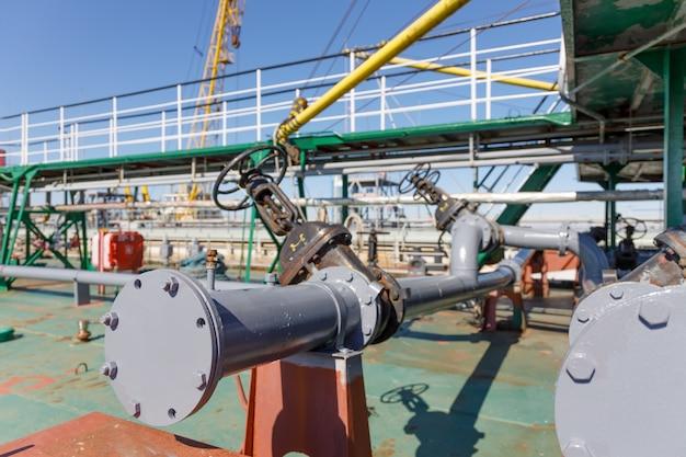 Tubería para descargar carga líquida de petrolero químico