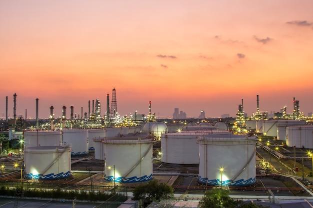 Tubería y estructura de la industria petrolera. la quema de petróleo y la industria del gas.