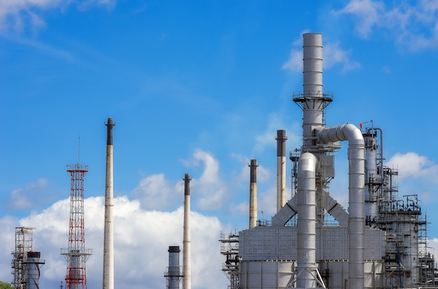 Tuberías, chimeneas de refinería de petróleo.