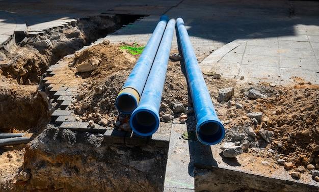 Tuberías de plástico para instalar cables eléctricos en una nueva construcción.