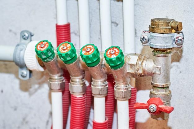 Tuberías y válvulas para agua fría y caliente en un sistema de calefacción y suministro de agua.