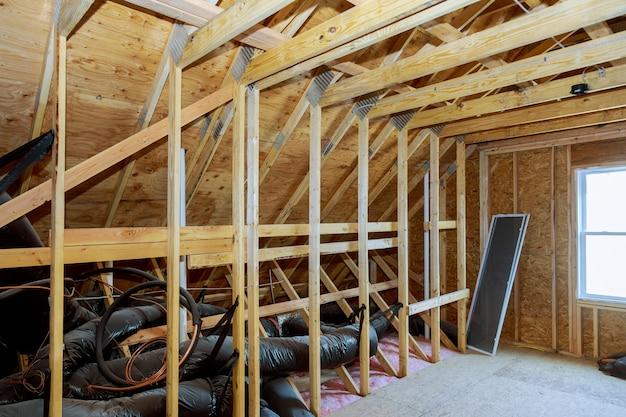 Tuberías, válvulas de cerca instalación del sistema de calefacción en el techo del sistema de calefacción de la casa