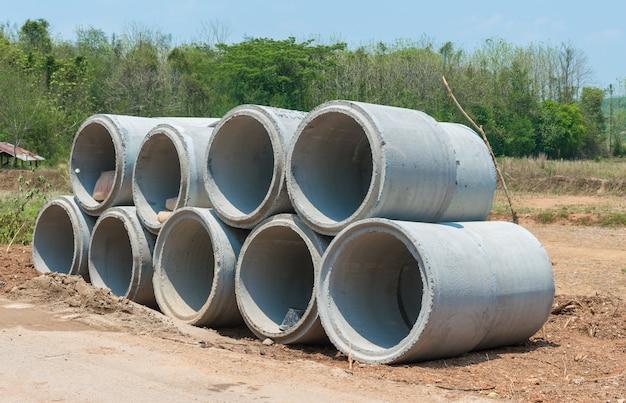 Tubo de drenaje de concreto en un sitio de construcción