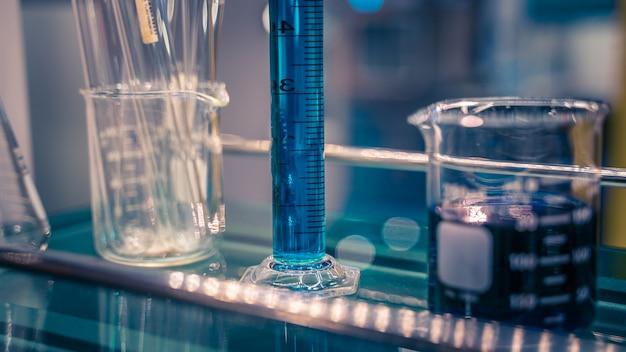 Tubo de ensayo en laboratorio de ciencias