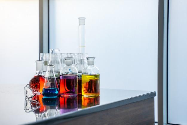 Tubo de ensayo en laboratorio. tecnología de atención médica médica y concepto de investigación y desarrollo farmacéutico