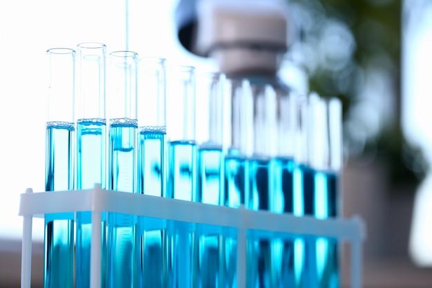 Tubo de ensayo de vidrio desborda solución líquida de potasio