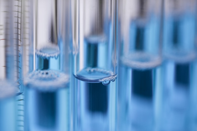 Tubo de ensayo de vidrio rebosa solución líquida de potasio