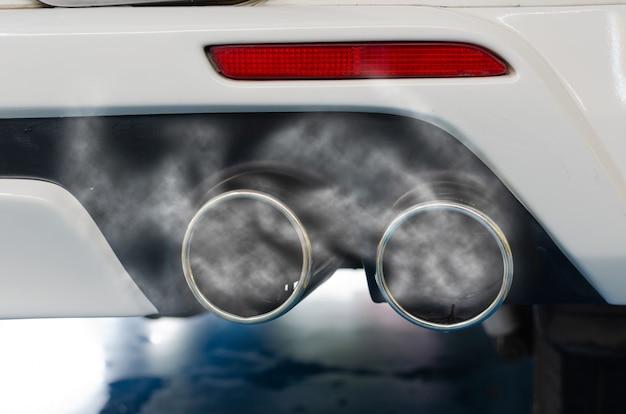 Tubo de escape del coche