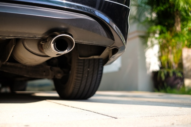 Tubo de escape inoxidable en la parte inferior del automóvil.