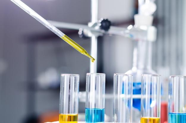 Tubo en prueba de laboratorio para mediccal
