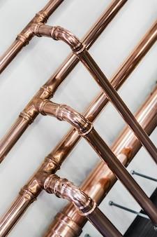 Tubos y accesorios de cobre para realizar trabajos de fontanería.