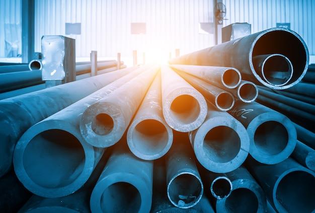 Los tubos de acero se apilan en el almacén del taller.