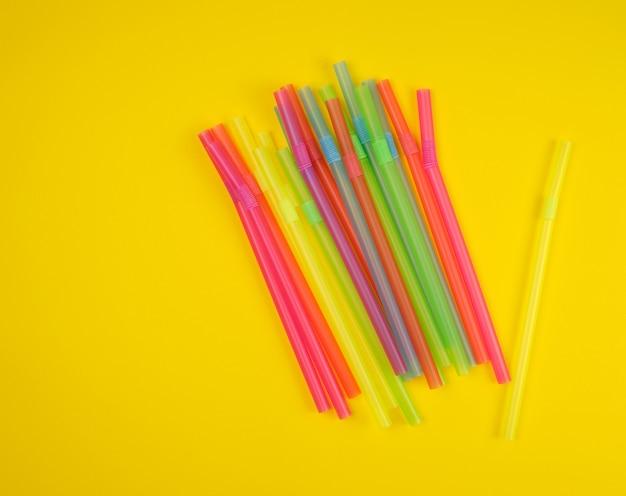 Tubos de cóctel de plástico multicolor en amarillo